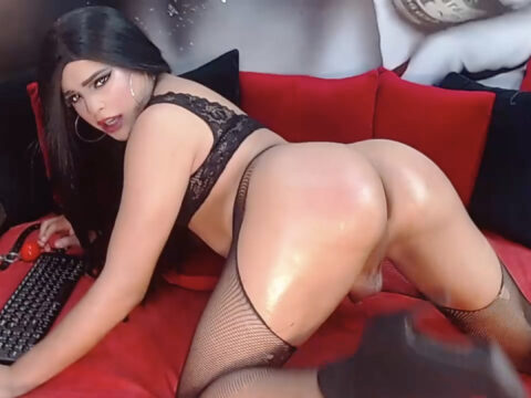 Kimi_White Gets Her Booty Nice And Oiled Up